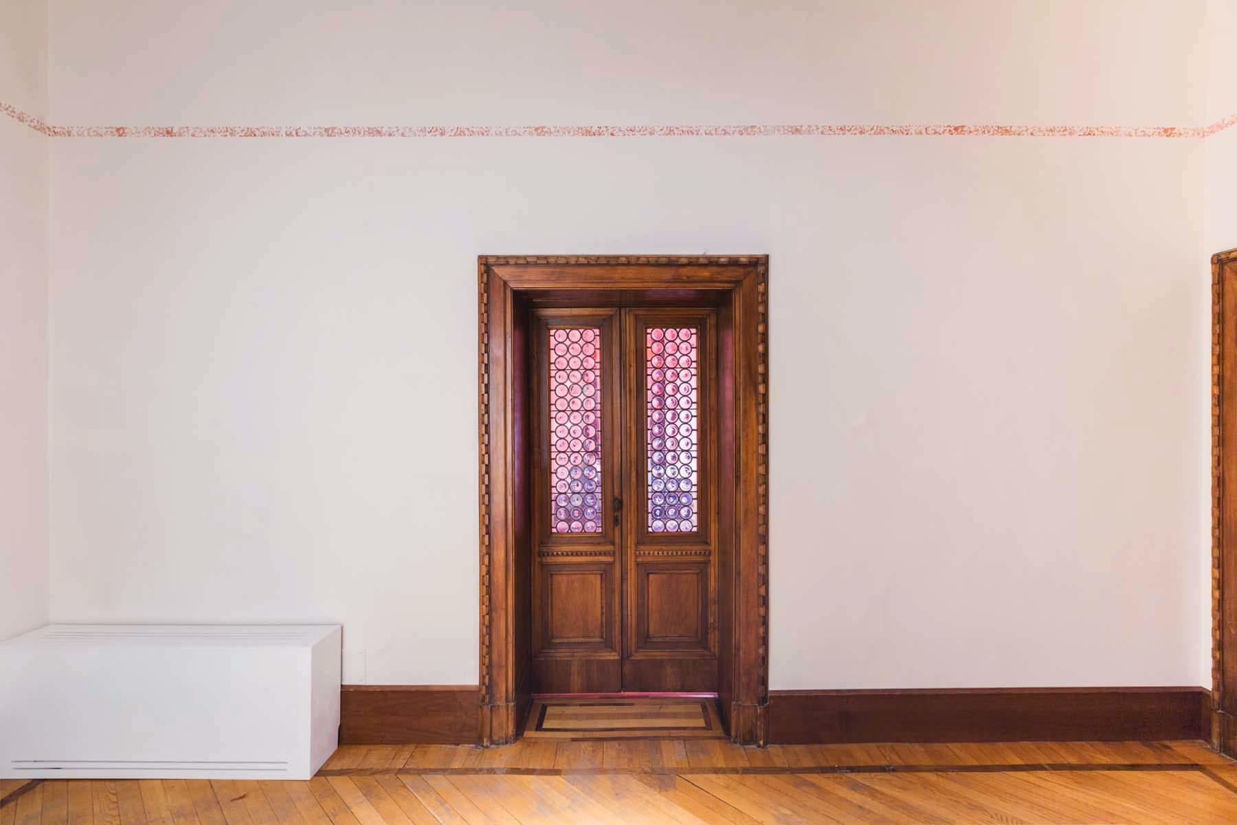 Giovanni Morbin, Non sto più nella pelle, 2018, blood painted wall, installation, h. 5 cm, ph. Nico Covre