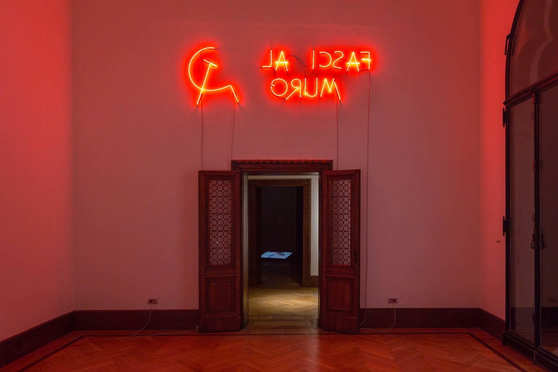 Nemanja Cvijanović, Fasci al muro, 2018, red neon light, 87 x 262 cm, ph. Nico Covre
