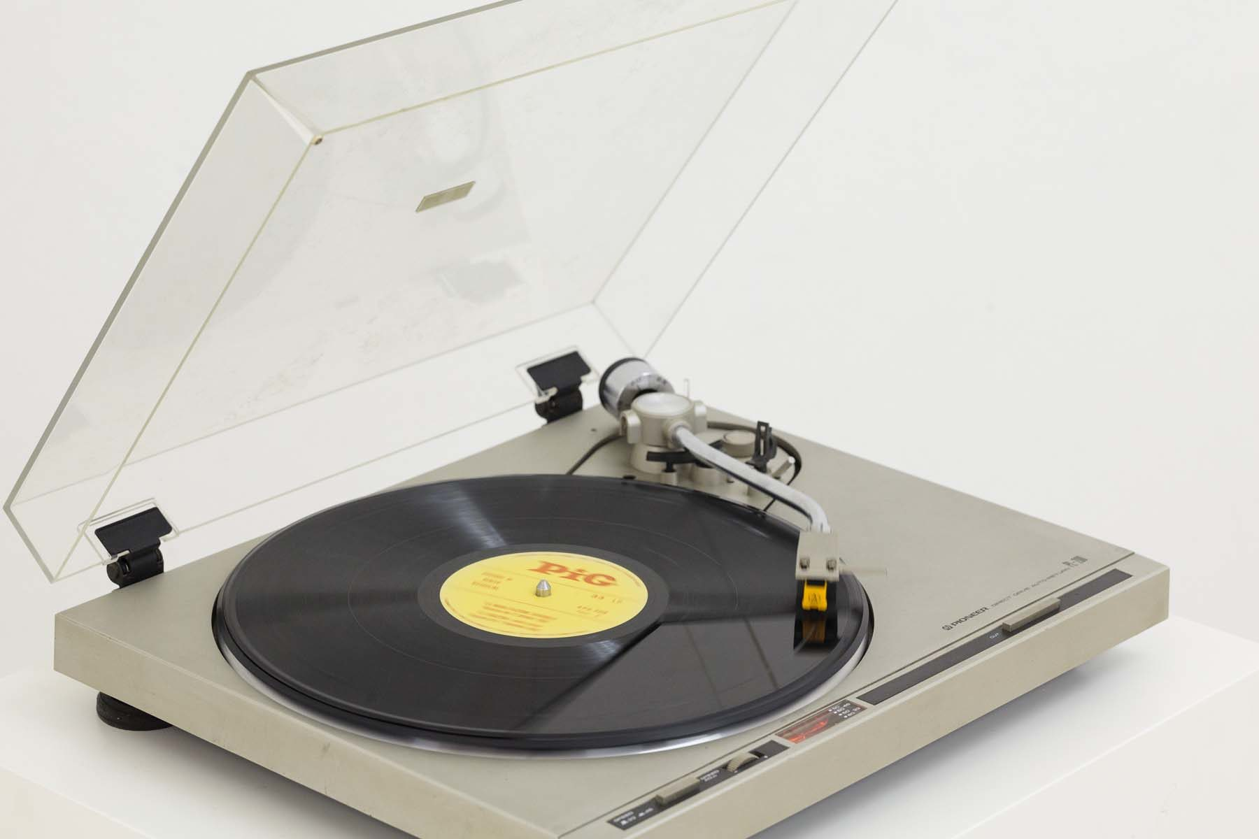 G. Morbin, Hiccup, 2007, record player, loudspeaker, cutted vinyl record, 52 x 44.3 x 110 cm