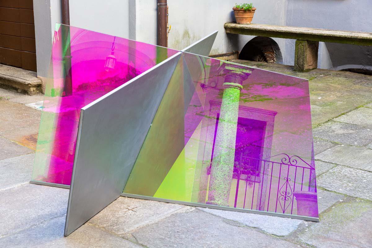 Piano Piano Kelly, 2017, ferro zincato, cromo liquido, vetro temperato, pellicola adesiva, cm 140 x 120 x 80 (h), foto Marta Carenzi