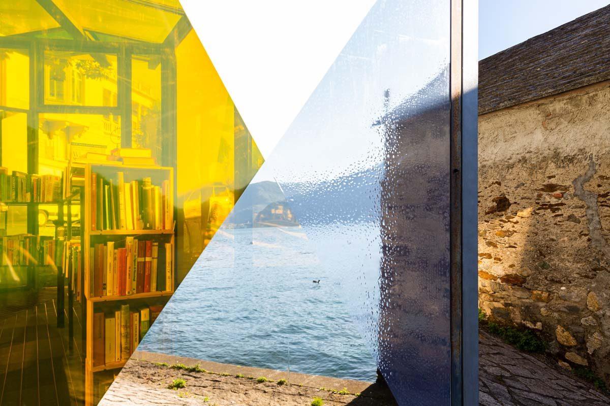 Amori estivi (letture), 2021, installazione site-specific, pellicole adesive, dimensioni ambientali, foto Marta Carenzi
