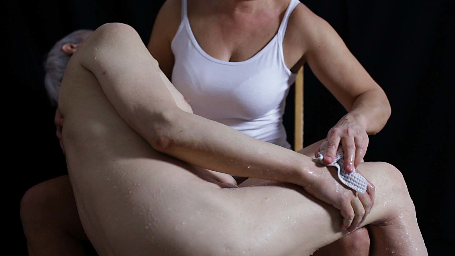 """Elisabetta Di Sopra, The care, 2018, video due canali, colore, suono, 2′38"""""""