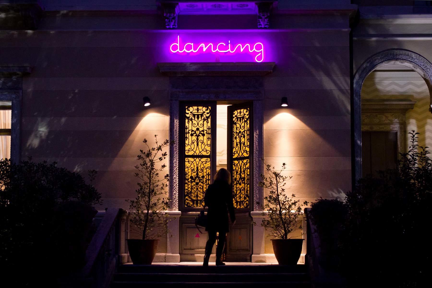 Matteo Attruia, Dancing, 2012, scritta in neon, cm 53 x 177